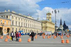 Mosca, Russia, maggio, 19, 2017 La costruzione delle stazioni ferroviarie centrali di dipartimento, di Leningradsky e di Yaroslav Immagine Stock Libera da Diritti