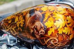 Mosca, Russia - 4 maggio 2019: Motociclo di Harley Davidson con airbrushing del cinghiale in foglie della quercia sul primo piano fotografia stock libera da diritti
