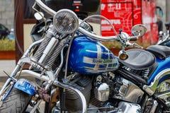 Mosca, Russia - 4 maggio 2019: Motociclo di Harley Davidson con airbrushing e cromo nel parcheggio Festival MosMotoFest 2019 di M immagini stock