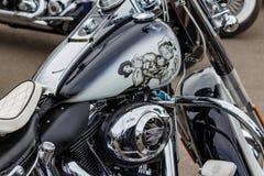 Mosca, Russia - 4 maggio 2019: Motociclo dipinto nero lucido di Harley Davidson con airbrushing del marinaio precipitante con una fotografie stock libere da diritti