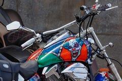 Mosca, Russia - 4 maggio 2019: Motociclo turistico di Honda con airbrushing del pagliaccio diabolico sul primo piano del serbatoi immagine stock libera da diritti