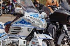 Mosca, Russia - 4 maggio 2019: Motociclo turistico Honda Gold Wing con airbrushing della pittura russa Gzhel nel parcheggio fotografia stock