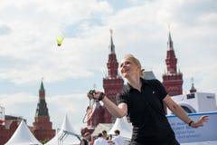 MOSCA, RUSSIA - 30 MAGGIO 2013: Ragazza che gioca volano sul quadrato rosso Fotografia Stock