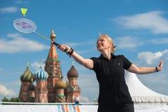 MOSCA, RUSSIA - 30 MAGGIO 2013: Ragazza che gioca volano sul quadrato rosso Immagini Stock
