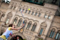 MOSCA, RUSSIA - 30 MAGGIO 2013: Ragazza che gioca volano sul quadrato rosso Fotografia Stock Libera da Diritti