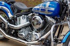 Mosca, Russia - 4 maggio 2019: Serbatoio di combustibile blu lucido con airbrushing e motore del cromo del motociclo di Harley Da immagini stock libere da diritti