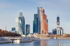 Mosca, Russia - 25 marzo 2018: Battelli da diporto al pilastro sui precedenti della città internazionale di Mosca del centro di a Fotografie Stock Libere da Diritti