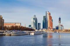 Mosca, Russia - 25 marzo 2018: Battelli da diporto al pilastro sui precedenti della città internazionale di Mosca del centro di a Immagine Stock