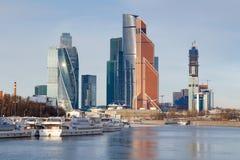 Mosca, Russia - 25 marzo 2018: Battelli da diporto al pilastro sui precedenti della città internazionale di Mosca del centro di a Fotografie Stock