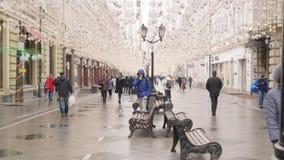 Mosca, Russia - 21 marzo 2019: cittadini che camminano sulla via della città con illuminazione decorativa La gente di moto veloce archivi video