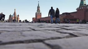 MOSCA, RUSSIA - 12 MARZO, 2017 La pavimentazione del quadrato rosso ed i turisti di camminata Fotografia Stock Libera da Diritti