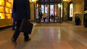 MOSCA, RUSSIA - 9 MARZO, 2017 Porta girevole all'entrata del deposito della GOMMA vicino al quadrato rosso Fotografie Stock Libere da Diritti