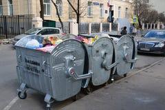 Mosca, Russia - 14 marzo 2016 Tre bidoni della spazzatura sulla via fotografia stock