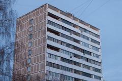 MOSCA, RUSSIA - 20 MARZO 2018: Un edificio residenziale di dodici-storia a Mosca con i pannelli decorativi sostituiti sui balconi Fotografia Stock
