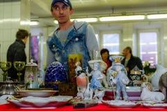 Mosca, Russia - 19 marzo 2017: Vecchia porcellana antica e figure ceramiche da vendere sul mercato delle pulci Fuoco selettivo Fotografie Stock Libere da Diritti