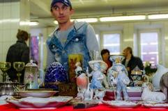 Mosca, Russia - 19 marzo 2017: Vecchia porcellana antica e figure ceramiche da vendere sul mercato delle pulci Fuoco selettivo Fotografie Stock