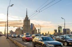 Mosca, Russia - 2 novembre 2017 Viste dell'hotel e dell'automobile reali di Radisson sul ponte di Novoarbatsky Immagine Stock