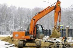 MOSCA RUSSIA - 28 Nowember 2015 - escavatore lavora alle reti di tubazioni per wate caldo e freddo Fotografia Stock Libera da Diritti