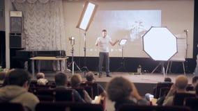 MOSCA, RUSSIA - 15 OTTOBRE 2016: Ascoltatori ed altoparlante alla presentazione leggera professionale archivi video