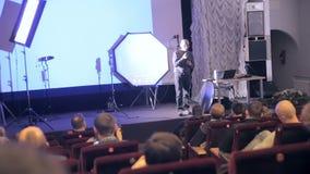 MOSCA, RUSSIA - 15 OTTOBRE 2016: Ascoltatori ed altoparlante alla presentazione leggera professionale video d archivio