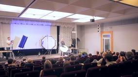 MOSCA, RUSSIA - 15 OTTOBRE 2016: Ascoltatori ed altoparlante alla presentazione leggera professionale stock footage