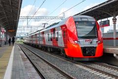 Mosca, Russia 1° ottobre 2016 Il sorso del treno arriva all'anello della centrale di Shelepiha Mosca della stazione Fotografia Stock
