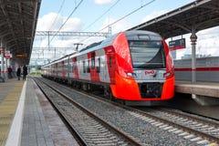 Mosca, Russia 1° ottobre 2016 Il sorso del treno arriva all'anello della centrale di Shelepiha Mosca della stazione Immagine Stock