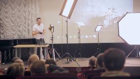 MOSCA, RUSSIA - 15 OTTOBRE 2016: L'altoparlante presenta i prodotti, ascoltatori sul seminario, la presentazione in un ascolto de archivi video