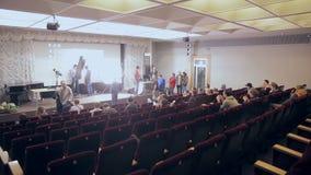 MOSCA, RUSSIA - 15 OTTOBRE 2016: L'altoparlante presenta i prodotti, ascoltatori sul seminario, la presentazione in un ascolto de stock footage