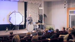 MOSCA, RUSSIA - 15 OTTOBRE 2016: L'altoparlante presenta i prodotti, ascoltatori sul seminario, la presentazione in un ascolto de video d archivio