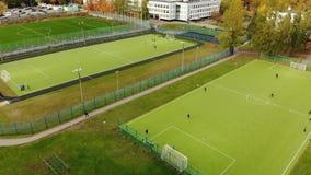 Mosca, Russia - 29 ottobre 2018 Paesaggio della città con scuola ed il campo di football americano in Zelenograd video d archivio