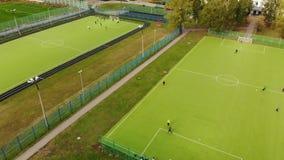 Mosca, Russia - 29 ottobre 2018 Paesaggio della città con scuola ed il campo di football americano in Zelenograd archivi video