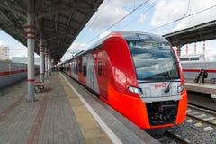 Mosca, Russia 1° ottobre 2016 sorso del treno ad alta velocità all'anello della centrale di Shelepiha Mosca della stazione Fotografia Stock