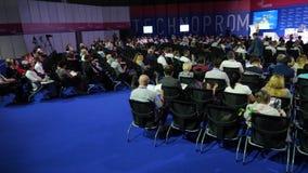 Mosca, Russia - 15 ottobre 2017: Uomini d'affari ad una riunione Discutono le emissioni delle politiche, delle tecnologie e delle stock footage