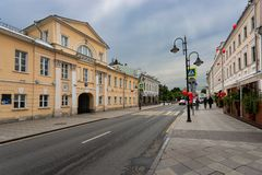 Mosca, Russia pu? 25, 2019: la pi? vecchia via Pyatnitskaya di Mosca un giorno di molla soleggiato ? decorata con le palle rosse  fotografie stock libere da diritti