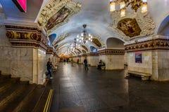 Mosca, Russia può 26, 2019 molto luminosi e stazione della metropolitana variopinta di Kievskaya, uscita alla stazione ferroviari fotografie stock libere da diritti