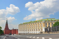 Mosca, Russia, può, 24,2014 Scena russa: La gente che alking vicino all'arsenale ed a Diamond Fund in Cremlino e in Borovsitskaya fotografia stock libera da diritti