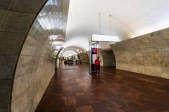 Mosca, Russia può 26, 2019 stazioni della metropolitana di Tverskaya Progettazione semplice, rivestimento di marmo Uscita dalla s fotografia stock libera da diritti