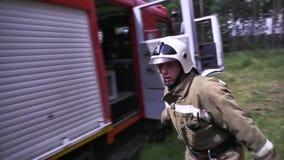 Mosca, Russia - settembre 2018: Pompieri con i tubi flessibili scena I pompieri del primo piano in uniforme ed i caschi prendono  video d archivio