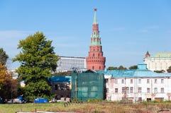 MOSCA, RUSSIA - 21 09 2015 Torre di Vodovzvodnaya del Cremlino di Mosca sulle vecchie case distrutte del fondo La Russia Immagini Stock Libere da Diritti