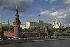Mosca, Russia, vista di notte sul fiume e sul Cremlino Fotografia Stock