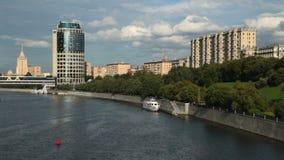 Mosca, Russia, vista di notte sul fiume e sul Cremlino stock footage
