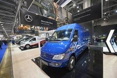 MOSCA, 5 SETTEMBRE, 2017: Vista sulla mini mostra di Mercedes Benz Spinter del bus del furgoncino blu sulla mostra ComTrans-2017  Fotografie Stock