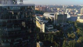 Mosca sobre el rascacielos, el estadio Olímpico en fondo metrajes