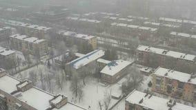 Mosca sobre el tejado del edificio cubierto con nieve metrajes