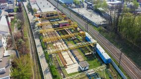 Mosca sobre a estrada de ferro na área industrial da cidade 4K a?reo filme