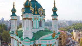 Mosca sobre iglesia del St Andrew's en Kiev La pendiente del Andrew famoso en la capital de Ucrania almacen de video