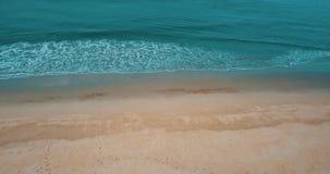Mosca sobre la agua de mar hermosa de la laguna y la playa arenosa con los árboles tropicales durante día de verano metrajes