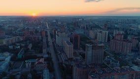 Mosca sobre la ciudad que despierta amanecer almacen de metraje de vídeo