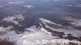 Mosca sobre las montañas almacen de metraje de vídeo